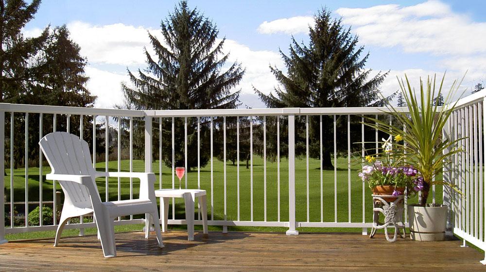 Narrow-white-picket-railing-on-golfdeck