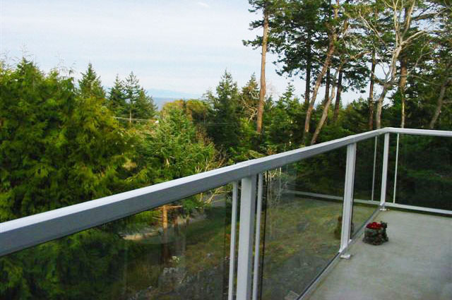 White-Large-Glass-Panel-and-Picket-railing-on-Balcony-overlooking-Park
